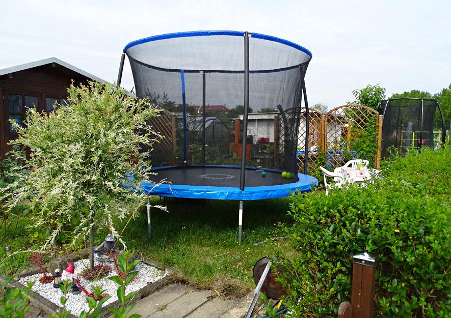 Trampoline im Kleingarten