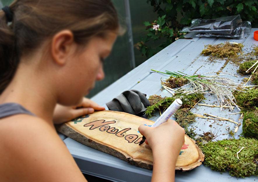 Kinder bauen Vogelfutterhaus für den Natur- und Lehrpfad