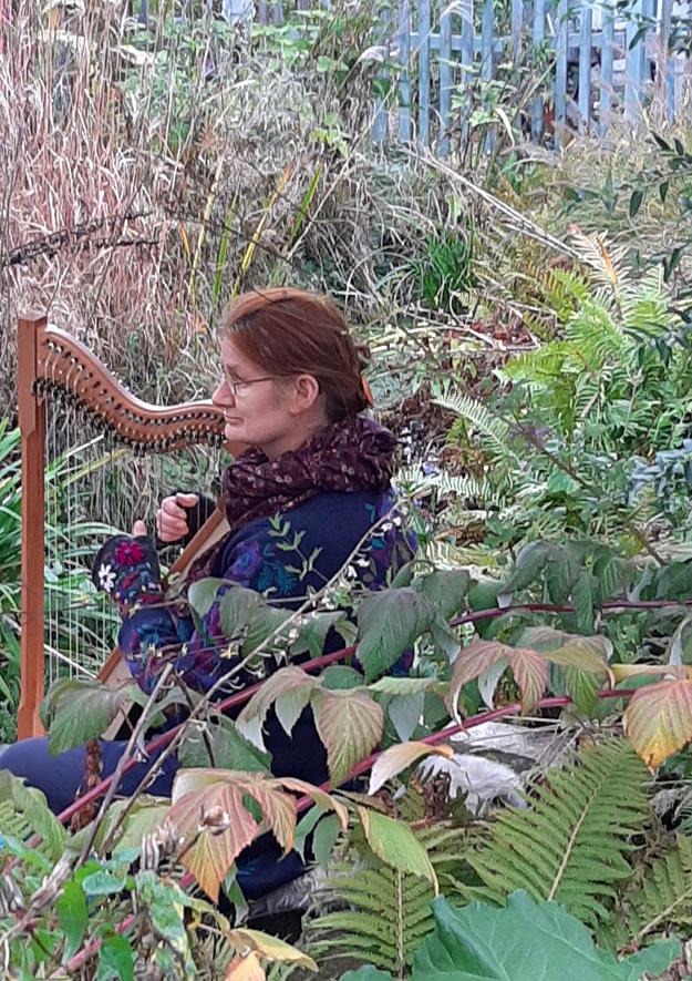 Gartenfreundin Corinna Kossek spielte Harfe