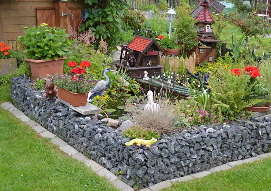 Gartenteich mit Fischreiher-Attrappe