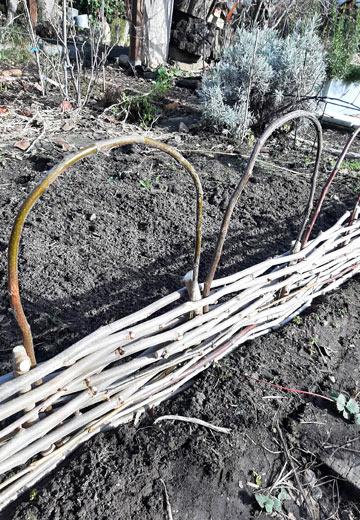 Beetbegrenzung im Kleingarten bauen - Gebogene Zweige