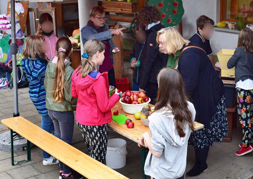 Lebensmittel sind wertvoll - Äpfel ausschneiden
